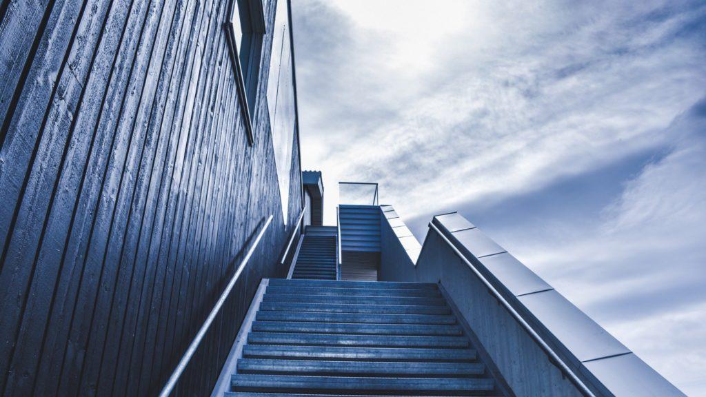 escaleras subimos o bajamos